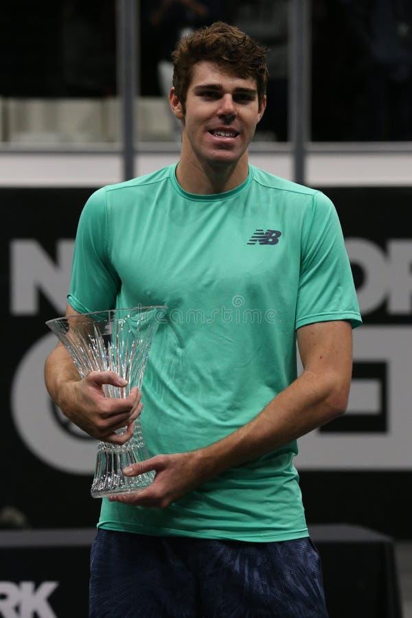 Jugador de tenis profesional Reilly Opelka de los E.E.U.U. durante la presentación del trofeo después de su victoria en la Nueva  fotos de archivo libres de regalías