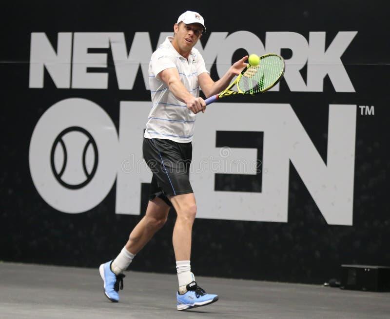 Jugador de tenis profesional Sam Querrey de los E.E.U.U. en la acción durante su ronda del partido 16 en el torneo 2019 de tenis  fotografía de archivo libre de regalías
