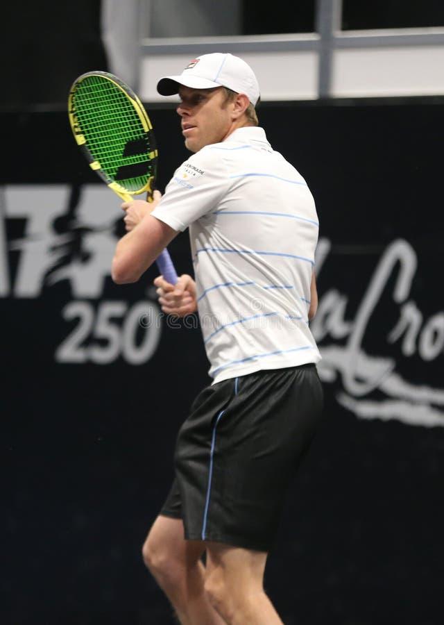 Jugador de tenis profesional Sam Querrey de los E.E.U.U. en la acción durante su ronda del partido 16 en el torneo 2019 de tenis  fotografía de archivo