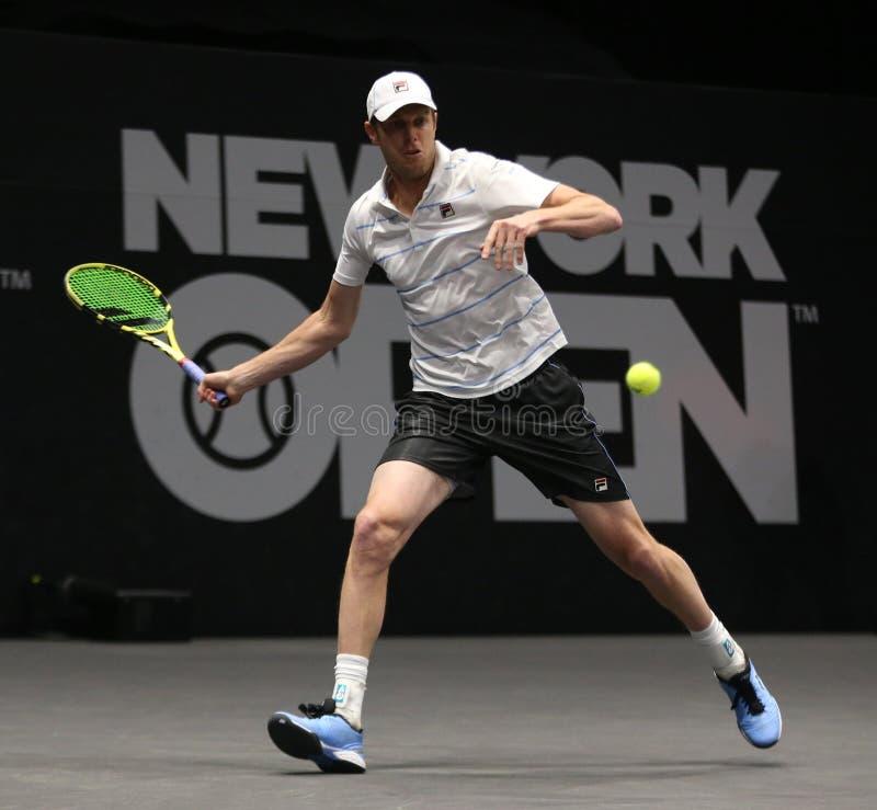 Jugador de tenis profesional Sam Querrey de los E.E.U.U. en la acción durante su ronda del partido 16 en el torneo 2019 de tenis  foto de archivo