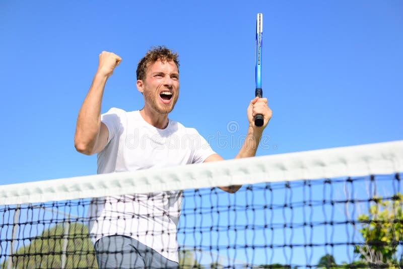 Jugador de tenis que celebra la victoria - hombre que anima foto de archivo