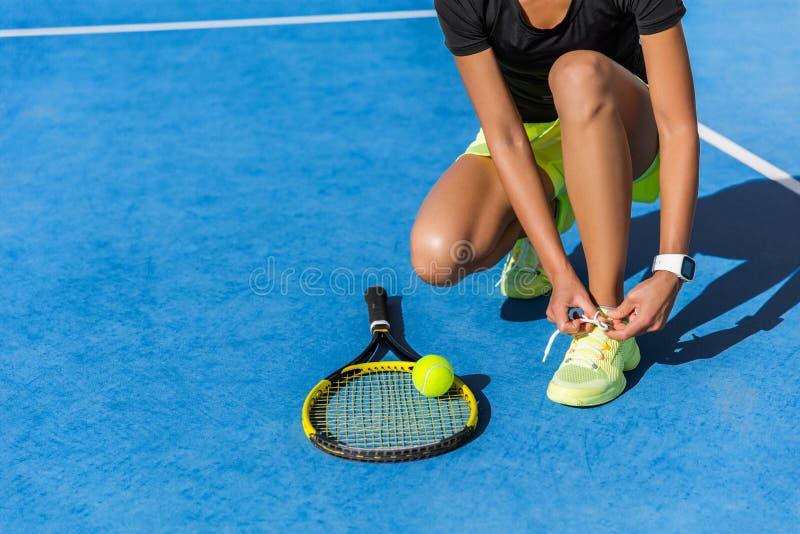 Jugador de tenis que consigue las zapatillas deportivas que atan listas fotografía de archivo libre de regalías
