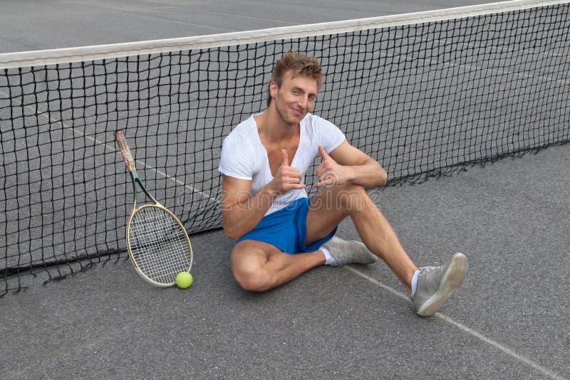 Jugador de tenis que muestra los pulgares para arriba imágenes de archivo libres de regalías