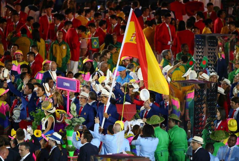 Jugador de tenis Rafael Nadal que lleva la bandera española que lleva al equipo olímpico español en la ceremonia de inauguración  foto de archivo