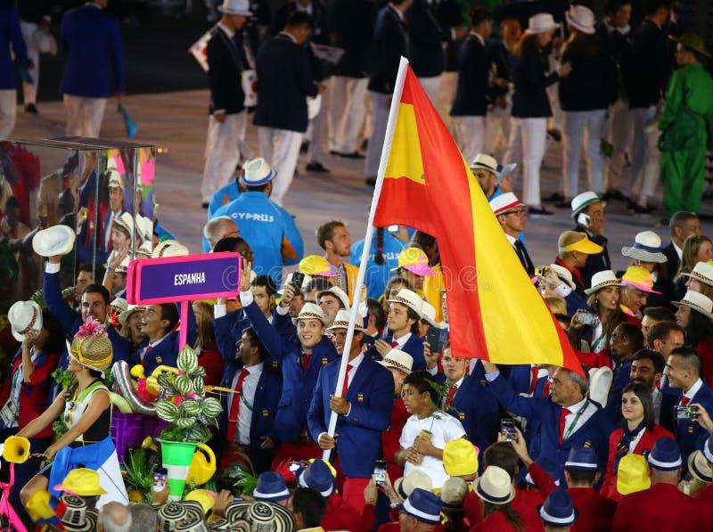 Jugador de tenis Rafael Nadal que lleva la bandera española que lleva al equipo olímpico español en la ceremonia de inauguración  imagen de archivo