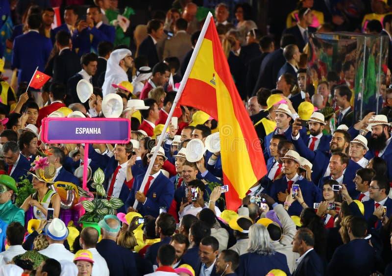 Jugador de tenis Rafael Nadal que lleva la bandera española que lleva al equipo olímpico español en la ceremonia de inauguración  fotografía de archivo