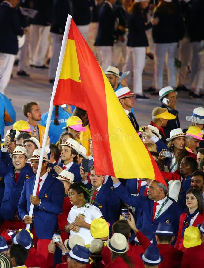 Jugador de tenis Rafael Nadal que lleva la bandera española que lleva al equipo olímpico español en la ceremonia de inauguración  imagenes de archivo