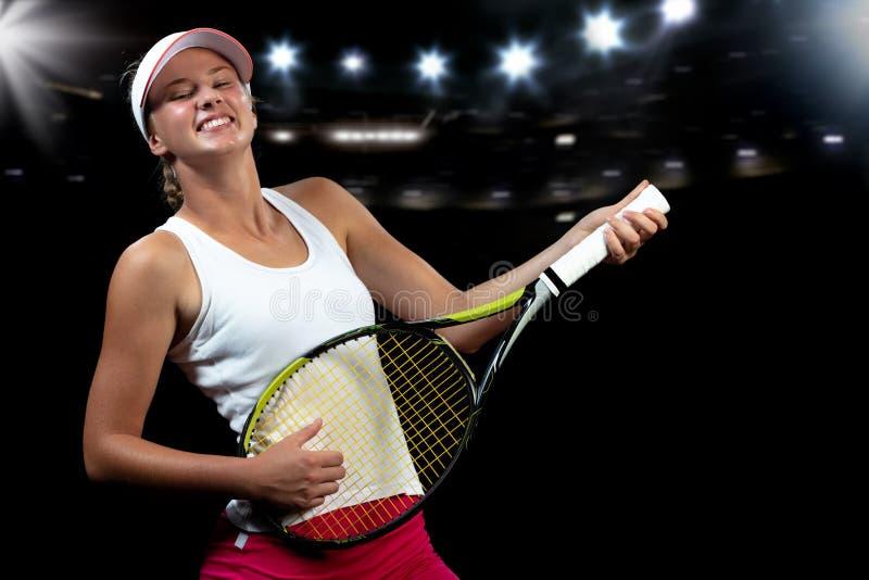 Jugador de tenis sonriente que juega en la estafa como en la guitarra imagen de archivo