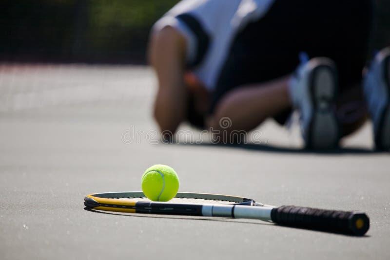 Jugador de tenis triste después de la derrota imágenes de archivo libres de regalías