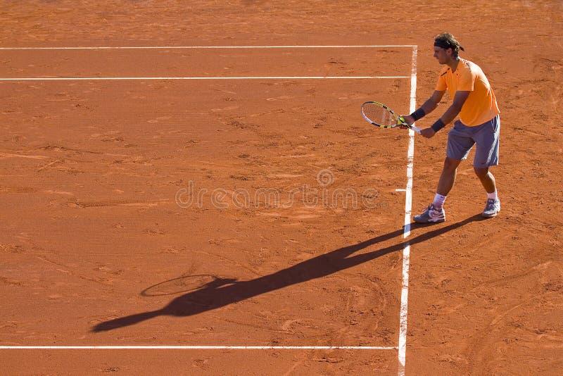 Jugador de tenis y sombra imagen de archivo libre de regalías