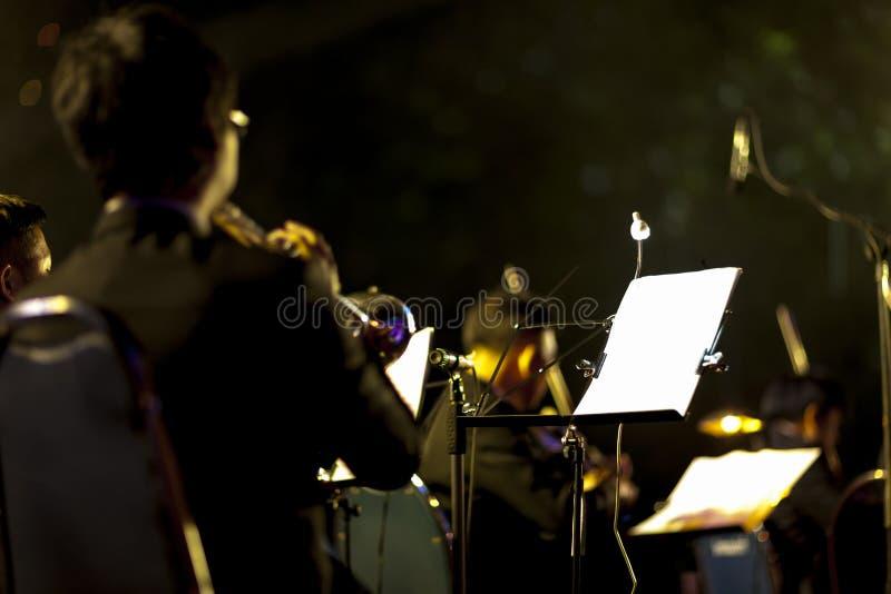 Jugador de trompeta en la etapa de la noche imágenes de archivo libres de regalías