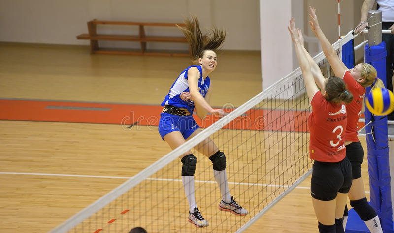 Jugador de voleibol de Kremena Kamenova de CSM Bucarest, ataques durante el partido con ACS Penicilina Iasi foto de archivo libre de regalías