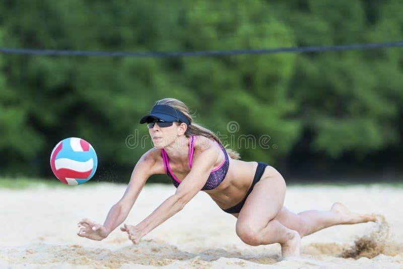Jugador de voleibol femenino de playa imagen de archivo libre de regalías