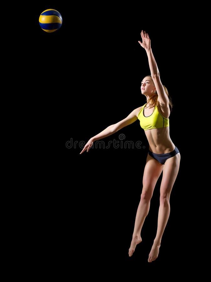 Jugador de voleibol de playa de la mujer con la versión de la bola foto de archivo