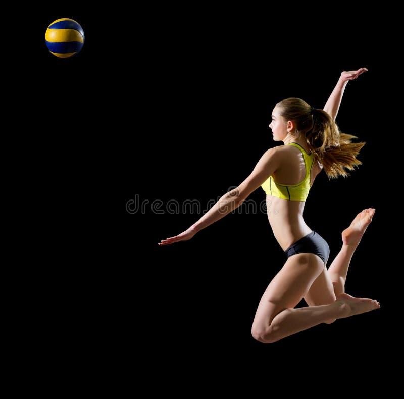 Jugador de voleibol de playa de la mujer con la versión de la bola imágenes de archivo libres de regalías