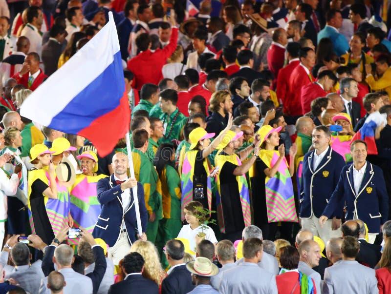 Jugador de voleibol Sergey Tetyukhin que lleva la bandera rusa que lleva al equipo olímpico ruso en la ceremonia de inauguración  fotos de archivo