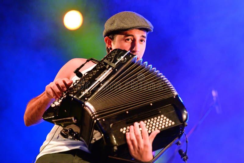 Jugador del acordeón de la demostración de la música en directo de Moda del La (banda) en el festival de Bime foto de archivo libre de regalías