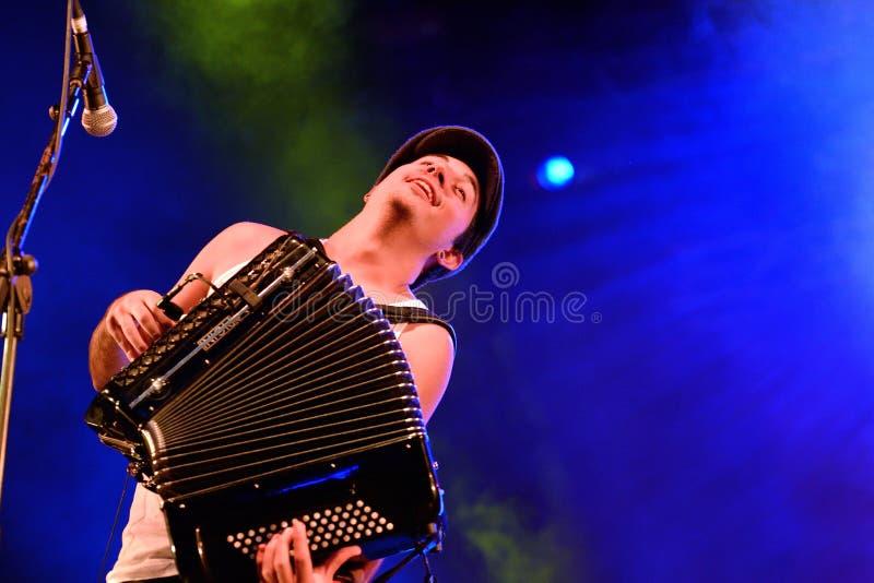 Jugador del acordeón de la demostración de la música en directo de Moda del La (banda) en el festival de Bime fotos de archivo
