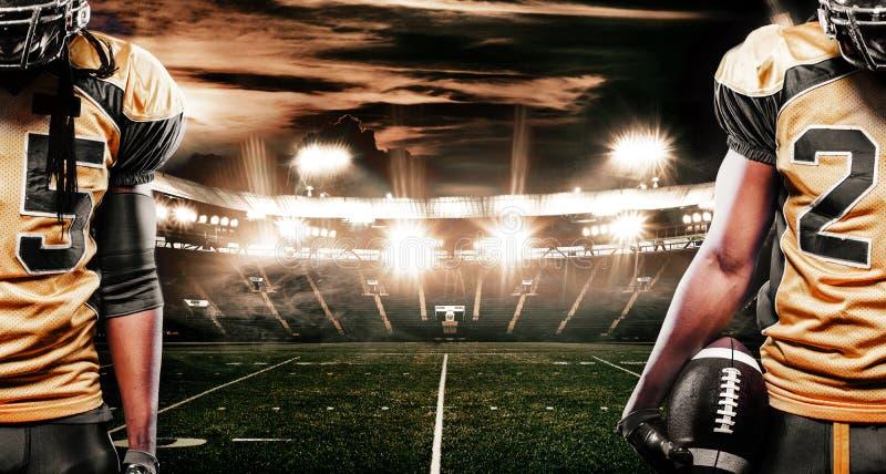 Jugador del deportista del fútbol americano en el estadio que corre en la acción Se divierte la bandera con el copyspace fotografía de archivo