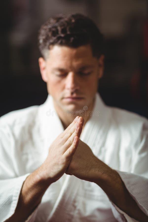 Jugador del karate que realiza postura del karate imagenes de archivo