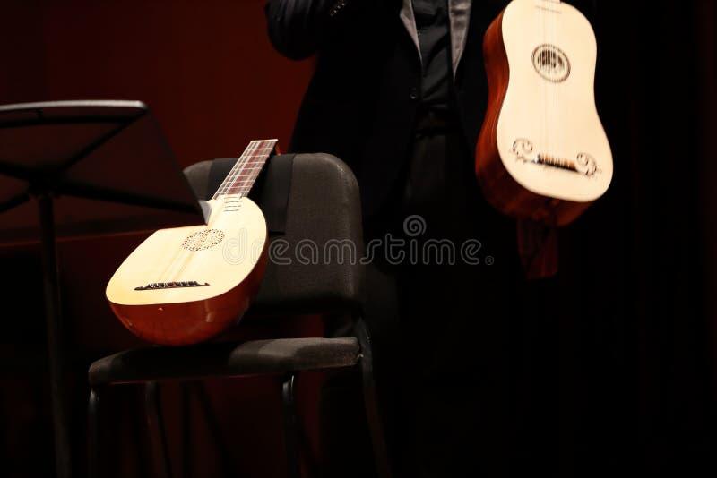Jugador del Pipa Compositor, música Retrato del hombre que juega música clásica en Pipa en fondo negro Copyspace fotos de archivo