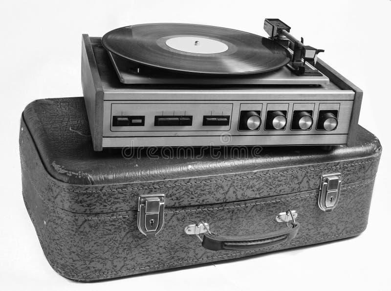 Jugador del vinilo en una maleta de cuero vieja aislada en un fondo blanco imagen de archivo