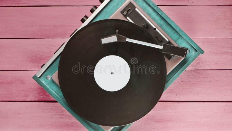 Jugador del vinilo del vintage en un fondo de madera azul Visión superior Retr foto de archivo libre de regalías