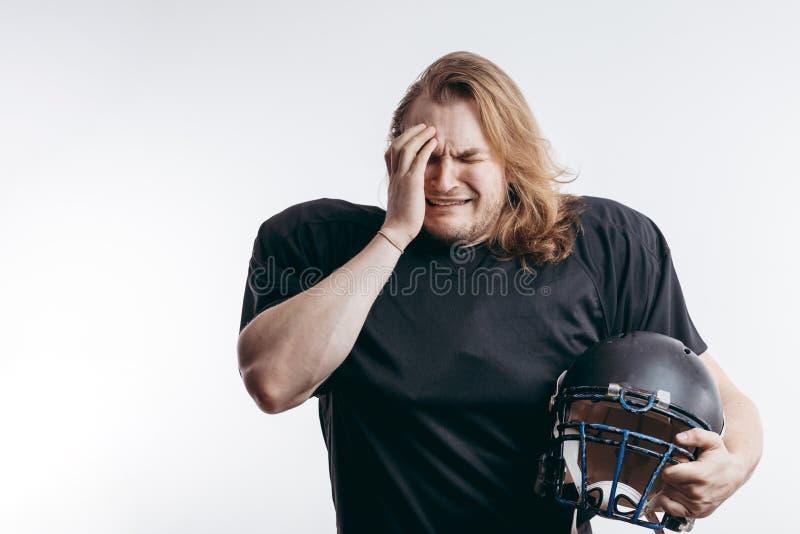 Jugador en la desesperación, hombre del rugby con el pelo largo sobre fondo aislado fotos de archivo
