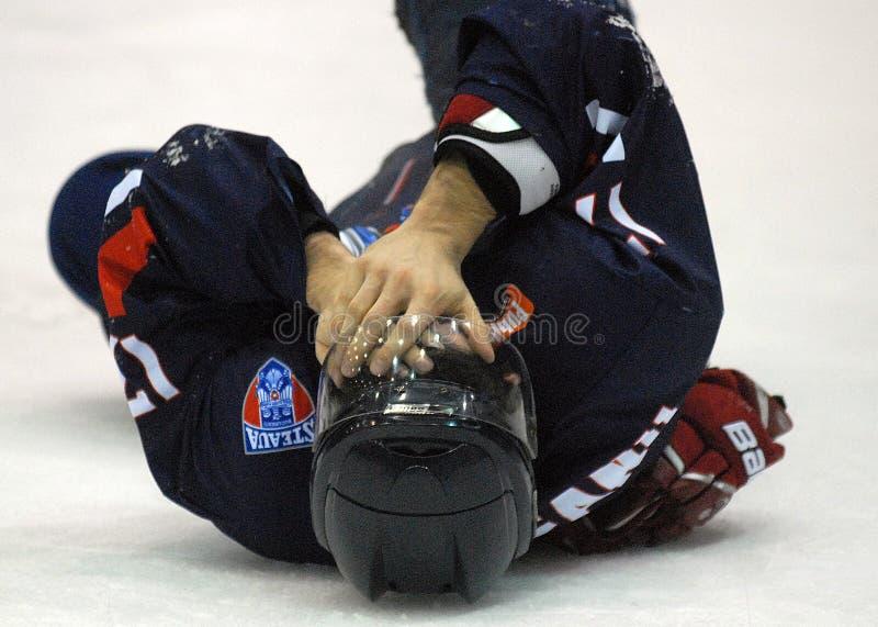 Jugador herido del hockey sobre hielo imagenes de archivo