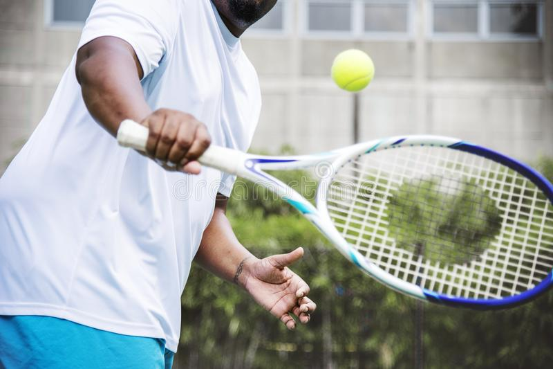 Jugador listo para golpear una pelota de tenis foto de archivo