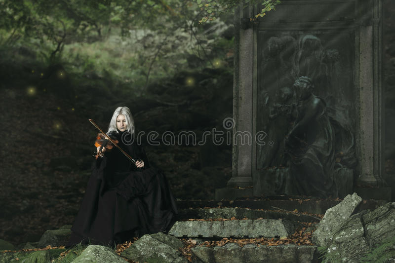 Jugador oscuro del violín foto de archivo