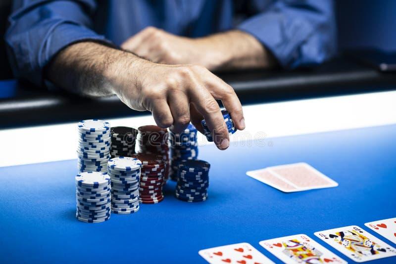 Jugador rico afortunado que apuesta microprocesadores en el casino imagen de archivo