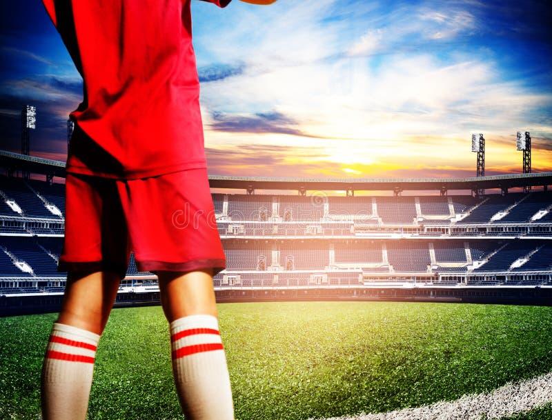 Jugador y estadio de fútbol grande del fútbol imagen de archivo
