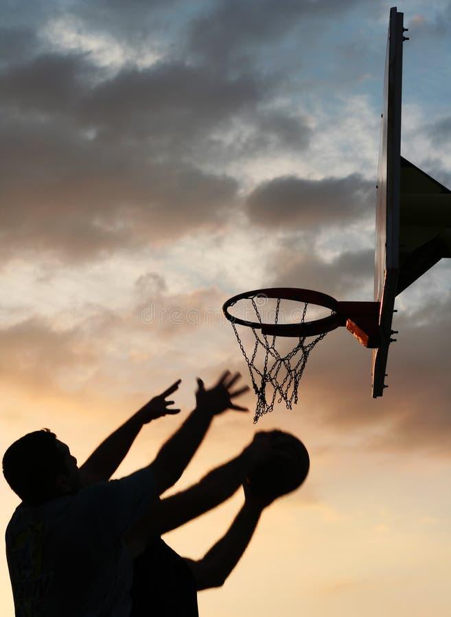 Jugadores de básquet en la acción fotos de archivo libres de regalías