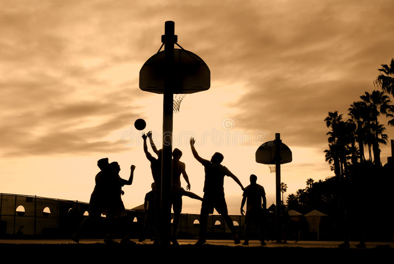 Jugadores de básquet en la puesta del sol fotos de archivo libres de regalías