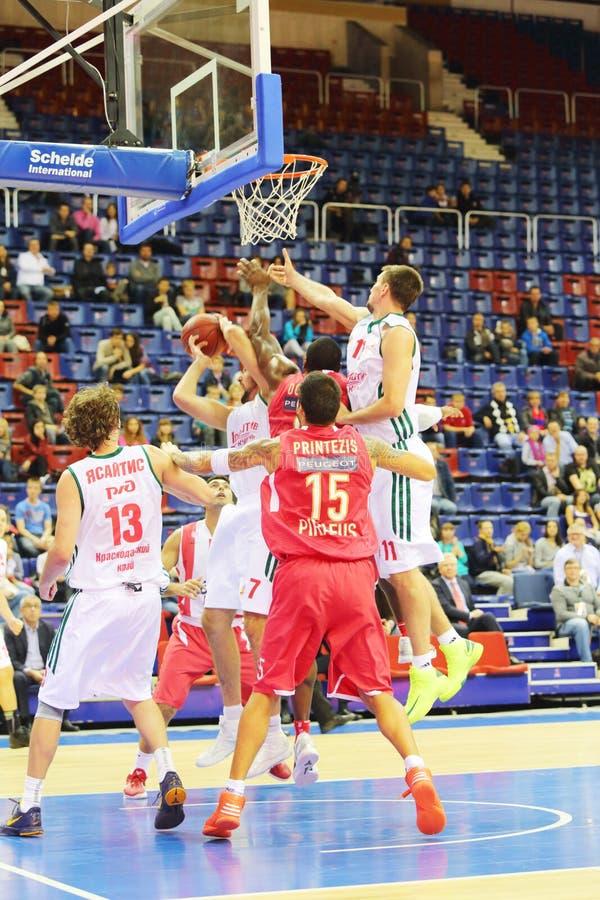 Jugadores de básquet Olympiakos (Grecia, en rojo) fotos de archivo