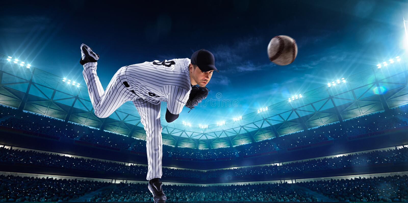 Jugadores de béisbol profesionales en arena magnífica de la noche fotografía de archivo libre de regalías
