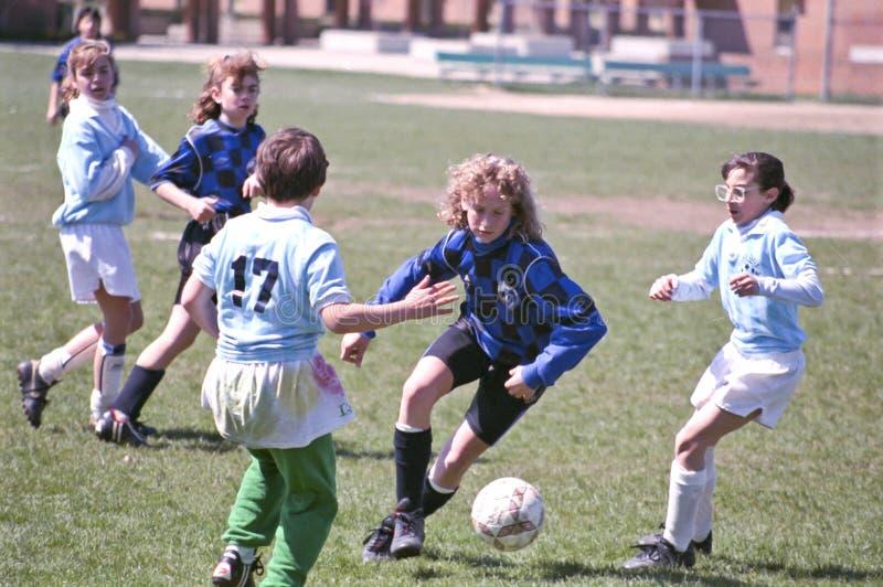 Jugadores de fútbol de sexo femenino de la juventud foto de archivo