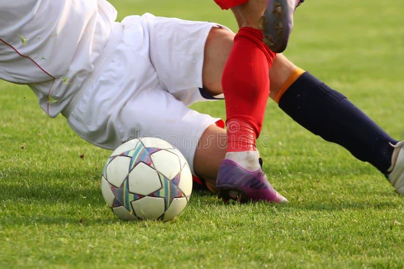 Jugadores de fútbol en duelo fotos de archivo