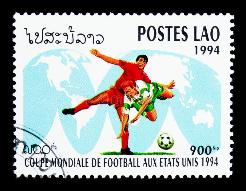 Jugadores de fútbol en el mapa del mundo, serie del fútbol del mundial, circa 1994 fotografía de archivo