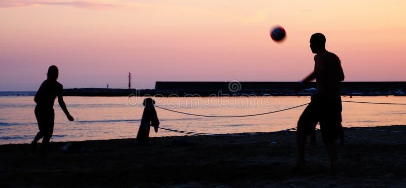 Jugadores de fútbol en una playa imagen de archivo
