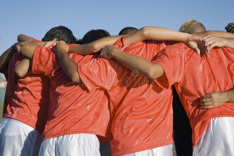Jugadores de fútbol que discuten estrategia fotos de archivo libres de regalías