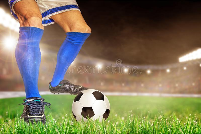 Jugadores de fútbol que golpean fútbol con el pie en estadio al aire libre con el balneario de la copia imagen de archivo