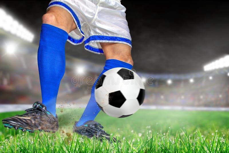 Jugadores de fútbol que golpean fútbol con el pie en estadio al aire libre con el balneario de la copia fotografía de archivo
