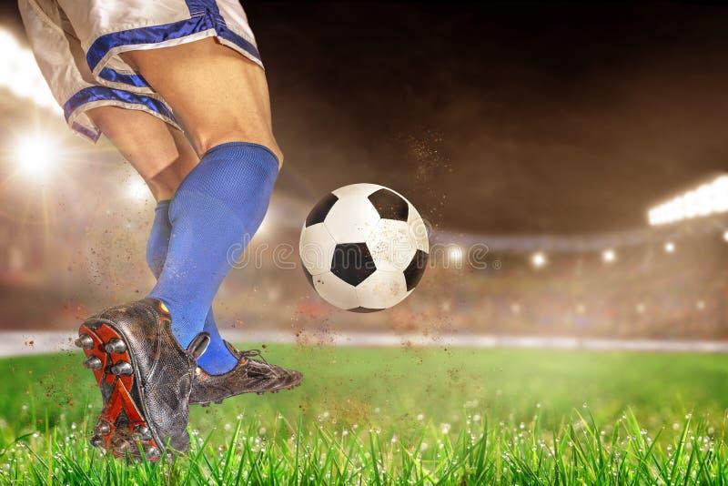Jugadores de fútbol que golpean fútbol con el pie en estadio al aire libre con el balneario de la copia fotos de archivo libres de regalías