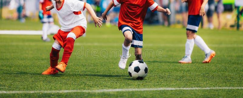 Jugadores de f?tbol corrientes del f?tbol Duelo del fútbol entre los jugadores jovenes foto de archivo libre de regalías