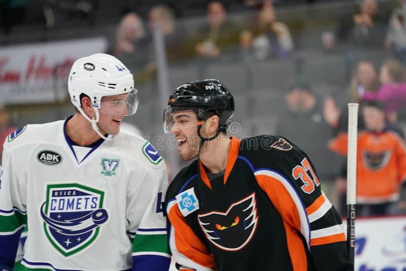 Jugadores de hockey en el hielo imagen de archivo