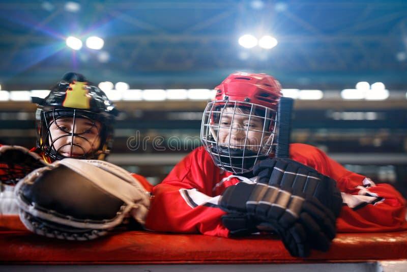 Jugadores de hockey sonrientes de los muchachos de la juventud fotografía de archivo