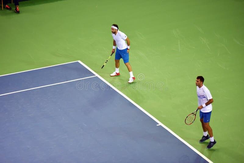Jugadores de tenis de los dobles de los hombres fotografía de archivo libre de regalías
