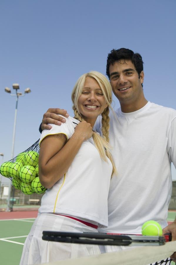 Jugadores de tenis de los dobles mezclados en campo de tenis imágenes de archivo libres de regalías